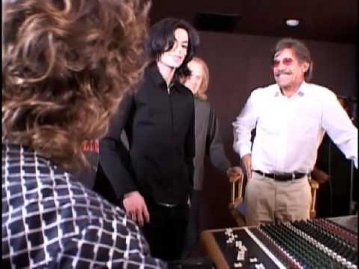 [IMG]http://www.mjworld.net/wp-content/uploads/Michael_Jackson_RARE_with_Geraldo_Rivera_in_recording_Studio_2005.jpg[/IMG]