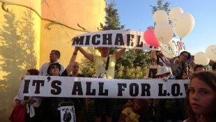 Fans Celebrate Michael's Birthday In Italy